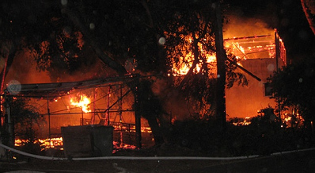 הבית עולה באש, לפנות בוקר. צילום: שטורעם.נט